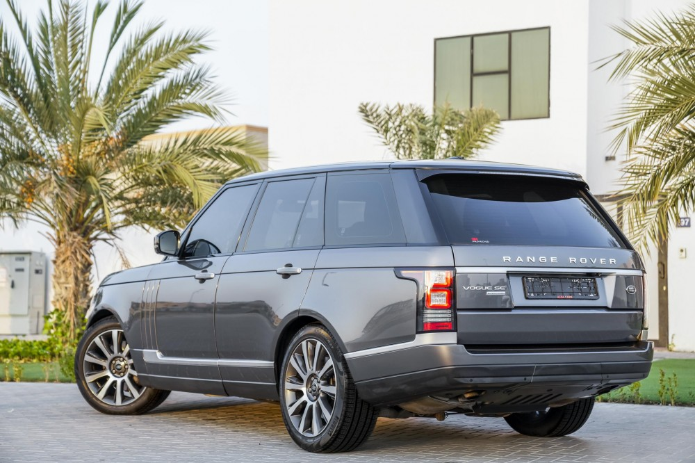 buy pre-owned Range Rover Vogue SE Supercharged 5.0L in Dubai