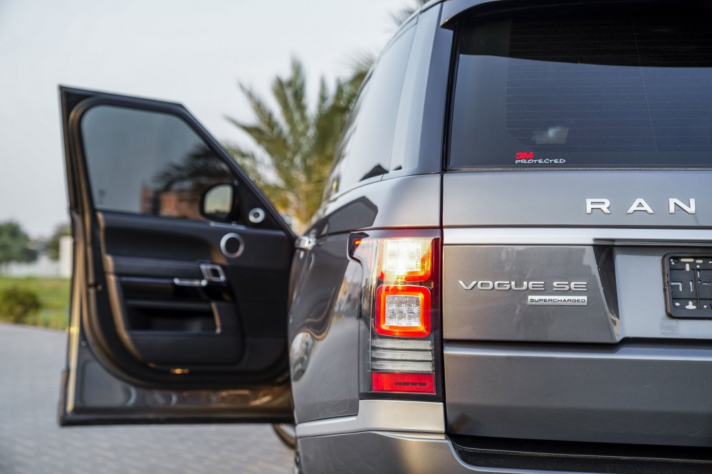 buy used Range Rover Vogue SE Supercharged 5.0L in Dubai